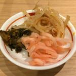 ラーメン龍の家 - 卓所の無料高菜、もやし、紅ショウガ