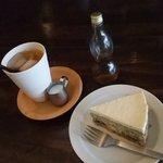 食堂 みかつき - 紫蘇と桃と小豆のチーズケーキと紅茶650円