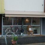食堂 みかつき - お店の外観です。自転車を隣の店舗に止めないで。