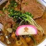 お食事 松月 - 米沢牛肉ラーメン、1,300円。牛骨スープに縮れ麺。牛肉は上手にソテーされており柔らかくジュージーで美味。