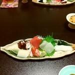 47185034 - 前菜の刺身盛り合わせ 右上は塩雲丹(激ウマ)