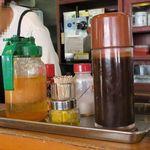 とんかつ大関 - 卓上の調味料類、醤油もある