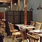 47190989 - テーブル席は2階となる。床は木造りで温もり感がある。