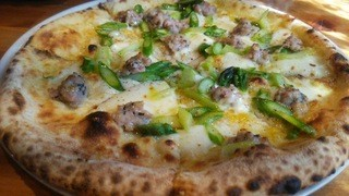 ハーレーパーク - ピッツァランチのメニューから。 『アスパラとサルシッチャのピッツァ』