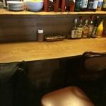 ヴァンショー - 奥の4人掛けカウンターに座ります、前はオープンキッチンです