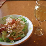 47194900 - 白ワインに、小エビのサラダ