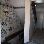 kong tong - ビル入口、ライブハウスが地下にあるので、ちょい怪しい