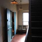 kong tong - 狭い通路、無駄の無い階段、無駄の無い入口。懐かしい空気