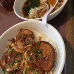 けん太 - 焼豚丼と醤油半ラーメン。