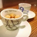 ライオンミドリ - お通しのピーナッツ菓子