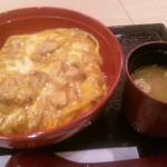 鶏料理 ほっこりや - 炭焼鶏の親子丼(810円)