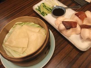 東僑酒楼 - 北京ダッグ用の皮が蒸されて熱々で美味しい