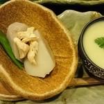 47216315 - お通し                       里芋の含め煮                       新じゃがのスープ
