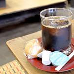 47217404 - アイスコーヒー・灸まん付き