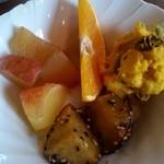 チムニーギオット - リンゴのコンポート・オレンジ・かぼちゃのサラダ♪( ちゃんと レーズンまで 入ってました)
