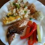 チムニーギオット - サラダバーから… ピラフ(炒飯?)が 土曜日とは バージョンが 違っていたり、パプリカやきゅうりなどのピクルスも美味しく、また 珍しいところでは  白身魚のカマ焼きもあり 焼きたてをぜひ!!