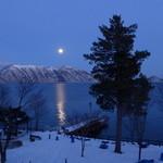 47219534 - 冷たい湖、空にかかるは満月。震えがくるほどに美しい!