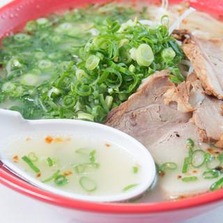 あっさりスープの『らー麺』とコクと深みを増した『かさね味』