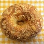 ラッキー ベーグル - プレーンベーグルの上にナチュラルチーズをふりかけて焼いた香ばしいベーグル。食事にもおやつにも最適です。