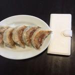 麺の風 祥気 - 餃子1個がスマホの半分くらいの大きさ(約8cm)デカイ
