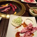 47224392 - 神戸牛ランチの焼肉とカルビ