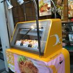 大寅 戎橋筋本店 - 店頭のケースで とらサンド 207円税込を売ってます