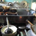 ぎょらん亭 - 厨房。温められているどろのスープ。
