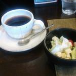 47230855 - フェアトレードオーガニックコーヒー(400円)&サラダ