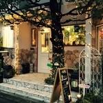 ワサビカフェ - 落ち着いた石造りの壁と温かな光が印象的な外観
