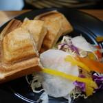 珈琲工房てらまち - ハムとチーズのホットサンドのセット580円。