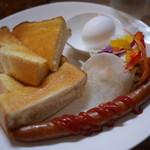 珈琲工房てらまち - 粗挽きウインナーとゆで卵のモーニングセット550円。