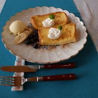 こばとカフェ - たっぷり漬けこんだパンをじっくりバターで焼いたフレンチトースト