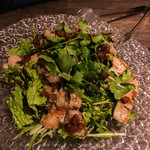 新宿 ランブータン - 牛モツ炙りとグリーンサラダ