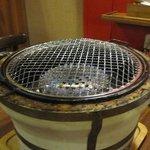 石焼道 - 以前の店では卓上コンロだった焼き台は無煙式になってバージョンアップしてます。