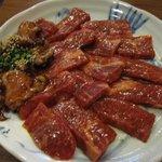 石焼道 - そしてお待ちかねの焼き肉セットは上カルビと上ホルモンです。