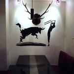 ラ・ギャロワーズ - 5人掛けのテーブルで歓談をしながら食事を楽しめます。