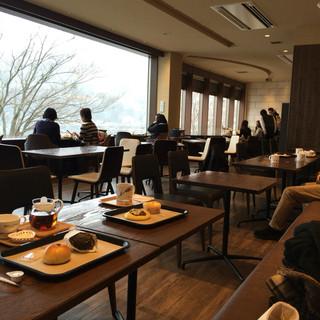ベーカリーアンドテーブル箱根 - 二階壁際の席はソファでゆったり