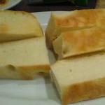 イタリアンレストラン&バー BARDI - 密度の濃いフォカッチャ!パスタの残りソースを絡めて頂いて…お腹も満腹