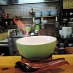 47254722 - 結構派手に炎が上がります。弱まってから食べて下さいとの説明だ。