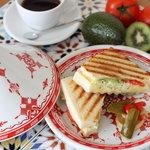 ウィズ ティーサロン - 料理写真:ウィズの定番メニュー、ホットサンド。北海道産のジャガイモ、キャベツ、トマトなど安心素材を試用しています。夏にも美味しいホットサンド!