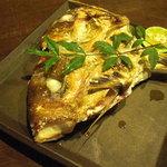みこ - 造りで戴いた愛媛八幡産の鯛の頭を焼いてもらいました