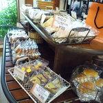 ロアール - ショーケースの向かいには焼き菓子のコーナーがあります☆