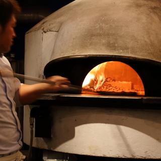 イタリアから輸入した薪窯を使用