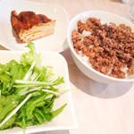 47263566 - 生野菜サラダ、そぼろ丼、蕎麦キッシュ