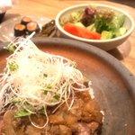 4727369 - ステーキ丼と漬物とサラダ