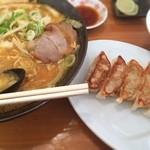 ラーメンさんぱち - ラーメンと餃子にライス(≧∇≦) プヨりそう>_<