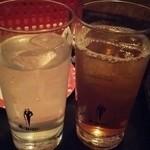 カラオケルーム10 - 飲み放題…ライチサワー(左)とライチウーロン