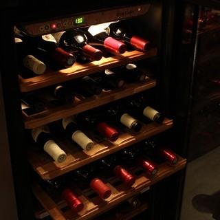 シェフが旅して出逢ったワインを中心に約250本常備
