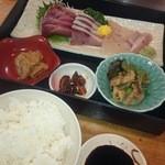 丸己 - 刺身・小鉢2種類・味噌汁・ごはんお代わり自由