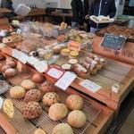 大銀杏  - 駐車場が満車なんでお店は焼きたてパンを求めるお客様で賑わってレジには列が出来る繁盛ぶりでしたがまだお店には数多い種類のパンが所狭しと並んでました。